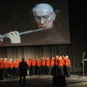 Il Coro Croz Corona canta accompagnato dal flauto di Giuseppe Solera