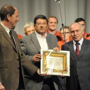 La consegna della targa al presidente Sergio Franceschinelli